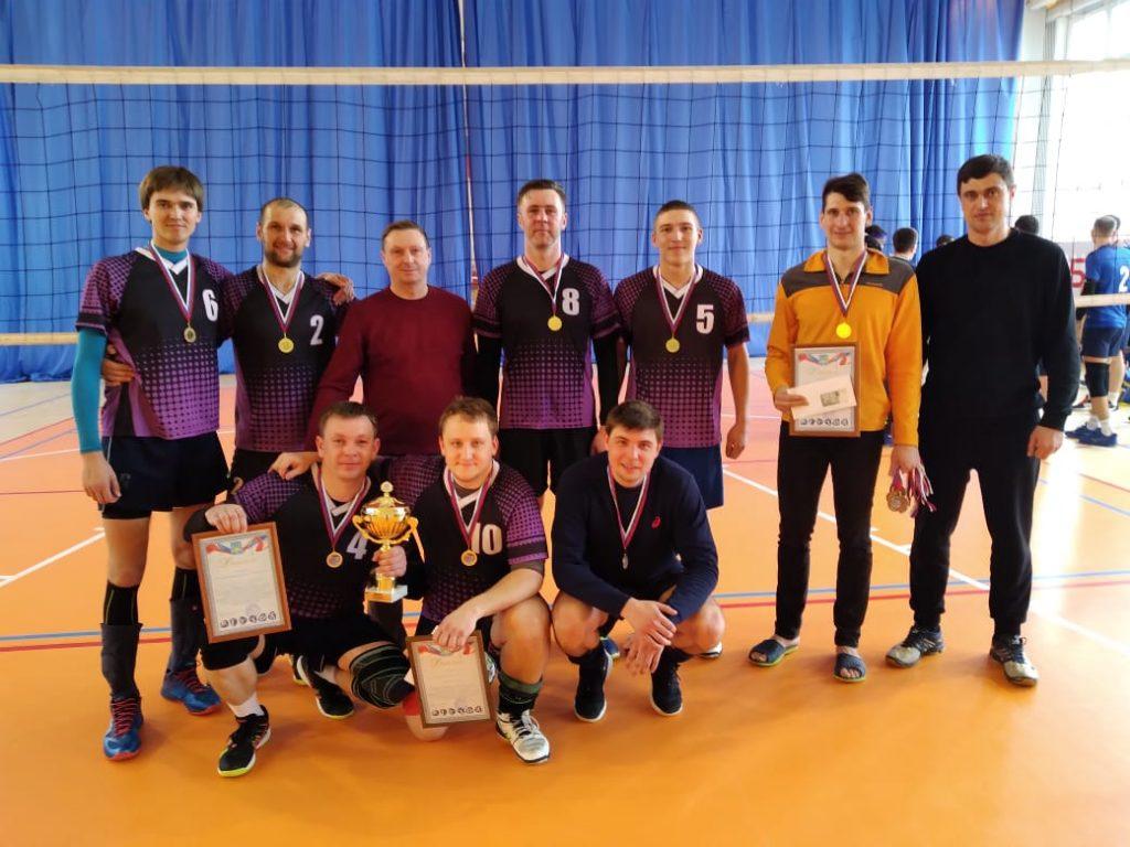 Финальные соревнования у мужчин в районном турнире по волейболу